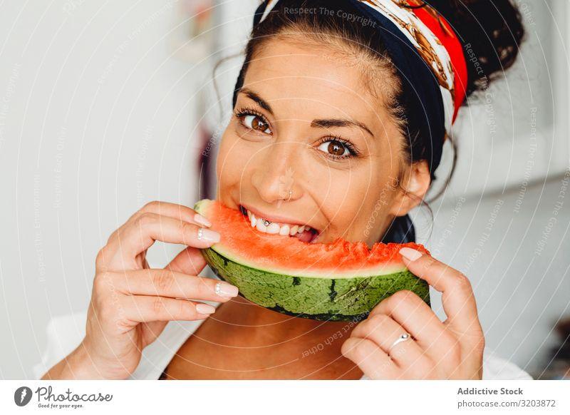 Schwangere Frau isst köstliche Wassermelone schwanger bauchfrei Frucht Vitamin lecker erwartend Baby Jugendliche Mensch Glück Aufregung heiter schön attraktiv