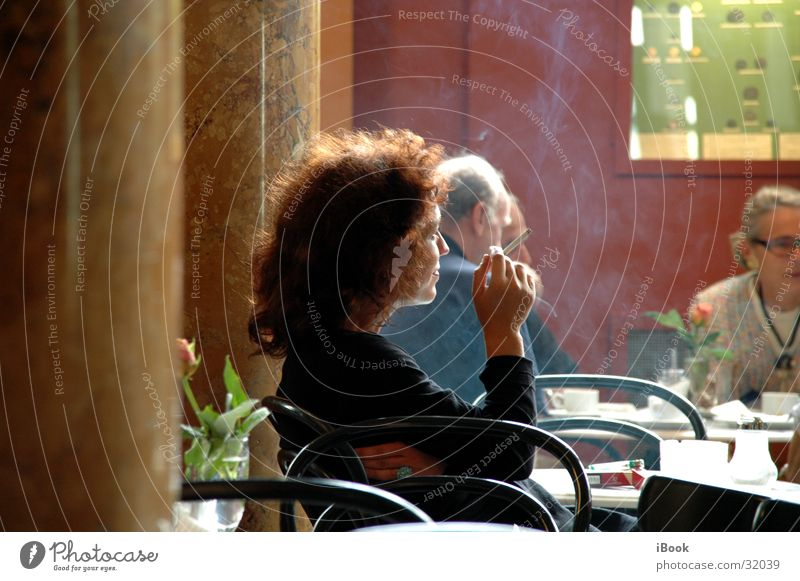madame cafe Frau sitzen Café Mensch Straßencafé rauchend