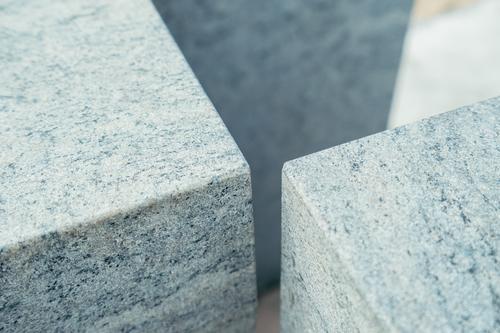 Winkel aus grauen Marmorwürfeln Würfel sanft Oberfläche Strand zarautz Spanien Stein Block Material solide Mineral Detailaufnahme Element Außenseite