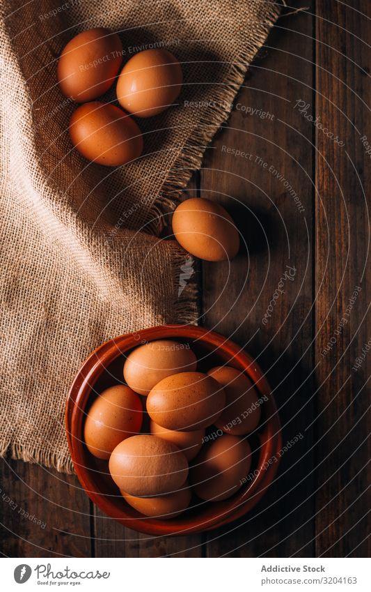 Hühnereier auf Serviette auf Holztisch Hähnchen Ei frisch kulinarisch Tisch roh heimisch Lebensmittel natürlich kochen & garen braun organisch Mahlzeit Fressen