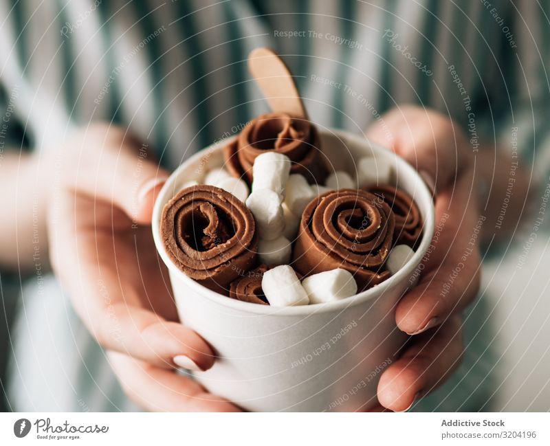 Handgehaltenes gerolltes Eis in Tütenbecher Brötchen Speiseeis Frau Creme Schokolade Eiscreme backen Frucht braten Kopie Weltall Textfreiraum Hintergrundbild