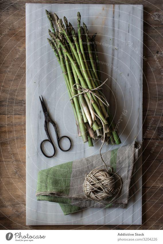 Anordnung der Schnur und des Spargels an Bord rustikal frisch grün kochen & garen Gemüse Haufen roh Gesundheit Ernährung Vegetarische Ernährung Zutaten Diät