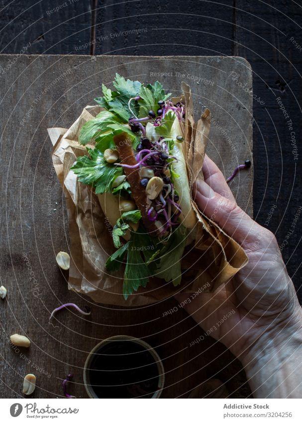Erntehelfer beim traditionellen Gua Bao-Sandwich Belegtes Brot Speck Petersilie gua bao Lotos lecker Fleisch frisch Schweinefleisch Tradition Vorspeise