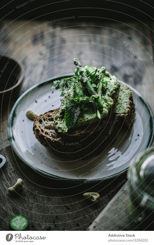 Toast mit Cashew-Pastete Toastbrot Cashewnuss dienen Vegane Ernährung pate grün Aufstrich Minze Vegetarische Ernährung Gurke Glas Holzplatte Spargel Mahlzeit