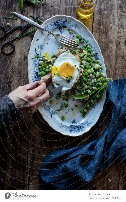 Leckere Frühstücksmahlzeit mit gedämpften Erbsen und Ei braten angebraten serviert Essen lecker Mahlzeit Bohnen Lebensmittel frisch Essen zubereiten Tradition