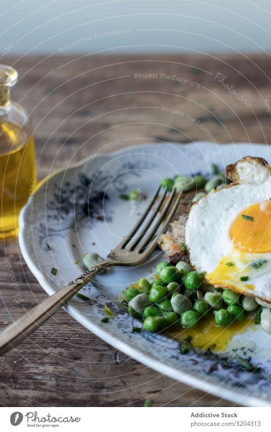 Leckere Frühstücksmahlzeit mit gedämpften Erbsen und Ei braten angebraten serviert Essen lecker Mahlzeit Bohnen Lebensmittel frisch Morgen Essen zubereiten