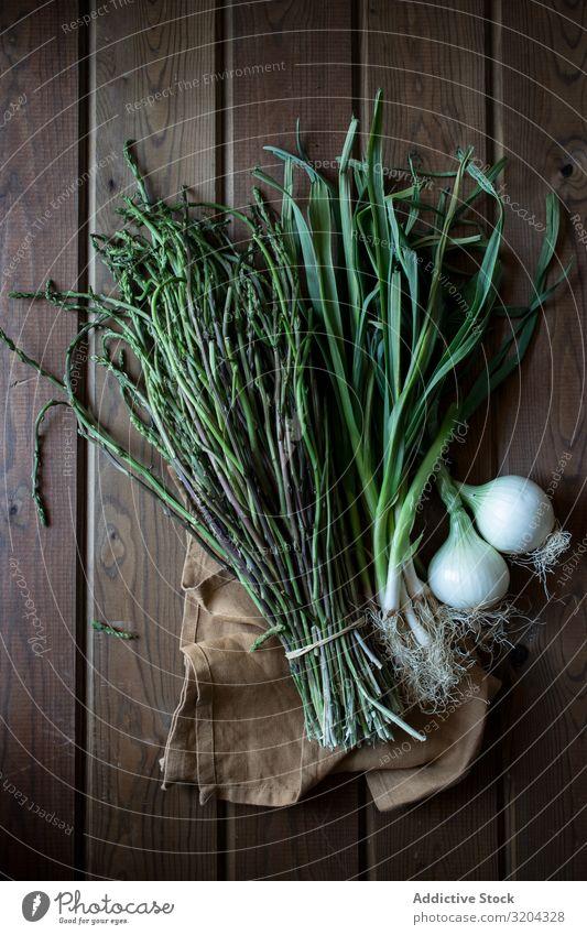 Frischer grüner Spargel mit Zwiebelzwiebeln frisch organisch natürlich Lebensmittel Bündel kochen & garen lecker Ernährung roh reif Kräuter & Gewürze Blatt