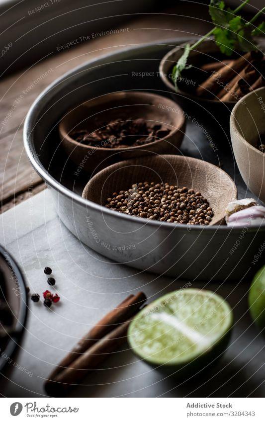 Gewürze und Trockenpilze an Bord Zutaten Kräuter & Gewürze mischen regenarm pho kochen & garen Suppe Pilz Asiatische Küche organisch Anis Zimt rustikal Ingwer
