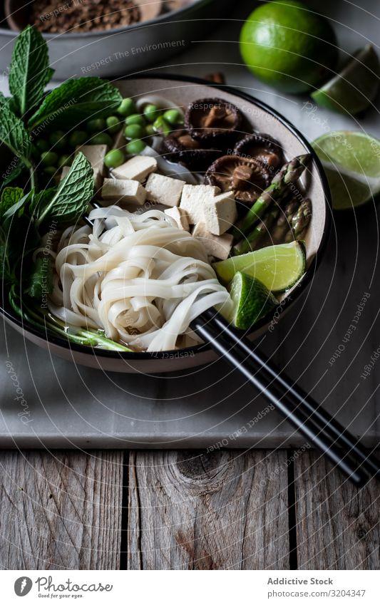 Pho-Suppe mit Nudeln Vegetarische Ernährung pho mischen Schalen & Schüsseln lecker Asiatische Küche Essen zubereiten Abendessen Tradition kochen & garen Tofu