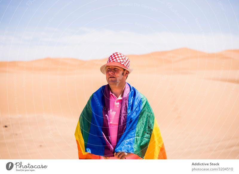 Schwule stehen in der Wüste Homosexualität Mann lgbt Fahne reif Liebe mittleren Alters Toleranz Gesetze und Verordnungen Stolz alternativ Symbole & Metaphern