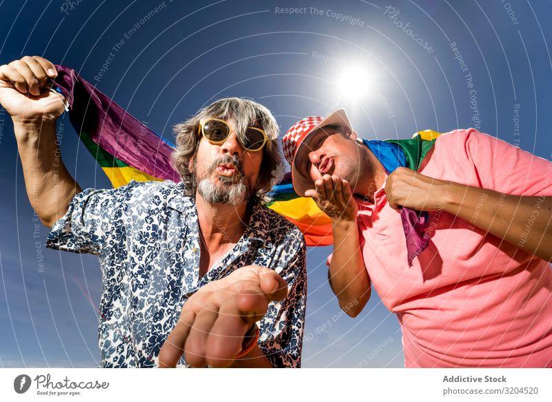 Aufgeregtes pralles schwules Paar in der Wüste Homosexualität lgbt Fahne Aufregung reif Mann Liebe Freundinnen Ehemänner mittleren Alters Toleranz