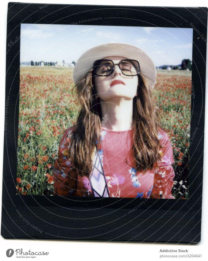 Sofortfoto einer Frau auf dem Feld sofort Mohnblumen Fotografie lachen Sommer Überstrahlung geschlossene Augen Lifestyle Freizeit & Hobby Stil Glück Freiheit