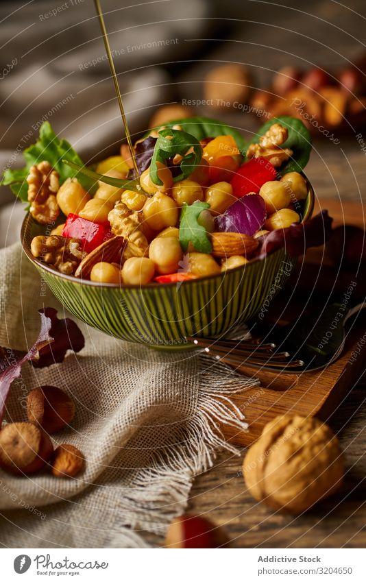 Helles Gemüse mit Kichererbsen in der Schale und Walnüssen Walnuss Nuss Gesundheit Lebensmittel organisch Vegane Ernährung appetitlich grün Salatbeilage roh