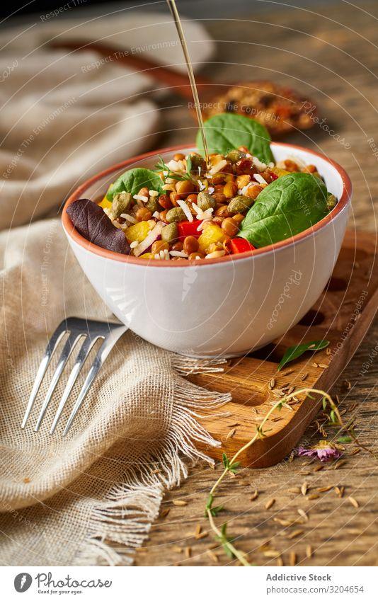 Helles Gemüse mit Linsen und Spinat in der Schüssel Reis Gesundheit Lebensmittel organisch Vegane Ernährung appetitlich grün Salatbeilage roh Essen Mahlzeit