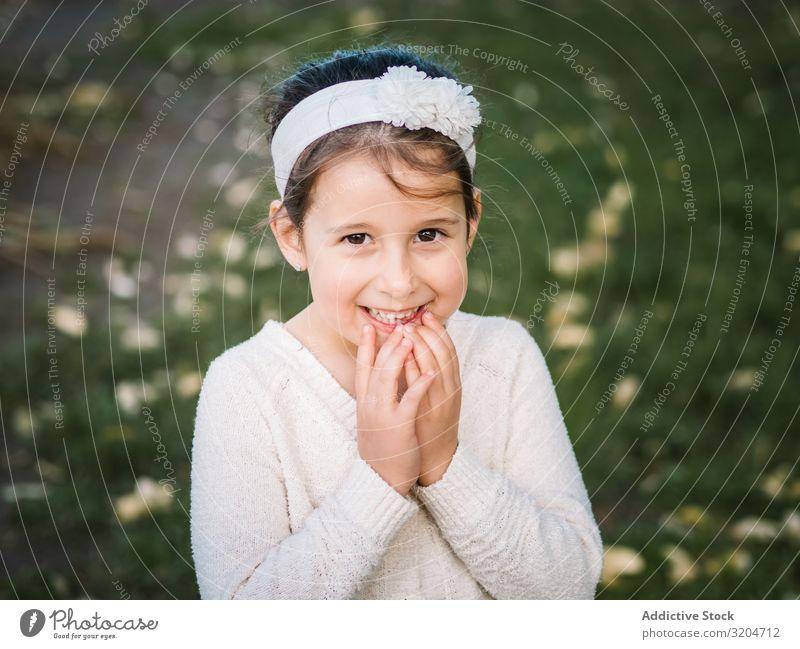 Porträt eines charmanten lächelnden kleinen Mädchens im Park Glück reizvoll Kind Sommer Frau schön attraktiv Model Lächeln Aufregung positiv natürlich Gefühle