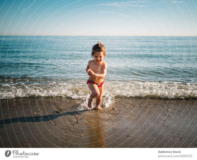 Fröhliches Mädchen nach Bad im warmen Meer Schwimmen & Baden heiter Strand rennen Kind Schwimmsport Sand ruhig Spielen Kindheit genießend Aktion Freude Sommer