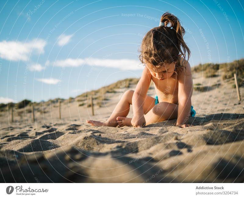 Mädchen spielt am Strand an einem sonnigen Tag Spielen Sonnenstrahlen Kleinkind Sand reizvoll Seeküste Küste Kindheit Gelassenheit Ferien & Urlaub & Reisen