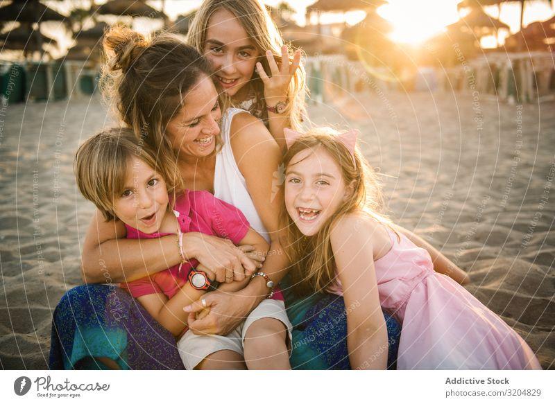 Frau mit Kindern am Strand spielen Freude Familie & Verwandtschaft lachen lügen Mutter Sommer Zusammensein Lächeln Ausdruck Menschengruppe Zufriedenheit