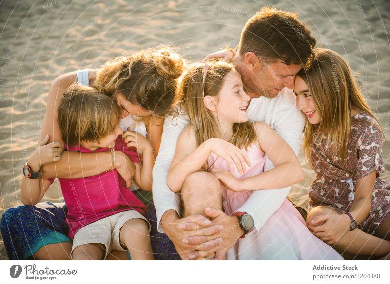 Schöne glückliche Familie mit verspielten Kindern am Strand Familie & Verwandtschaft Liebe Glück Eltern Menschengruppe Geschwisterkind Sommer