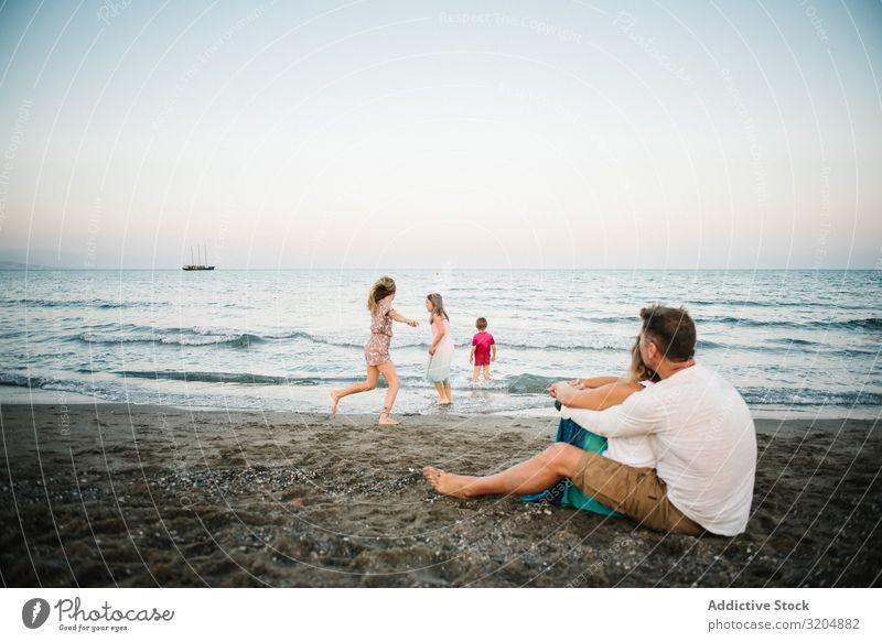 Schöne glückliche Familie mit Kindern am Strand Familie & Verwandtschaft Liebe Glück Eltern Menschengruppe Geschwisterkind Sommer Ferien & Urlaub & Reisen