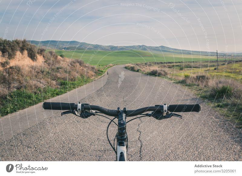 Fahrrad auf der Straße in den Wüstenhügeln ausleeren Hügel Landschaft Sand Stein Pflanze Ausflug regenarm Natur Himmel Ferien & Urlaub & Reisen heiß
