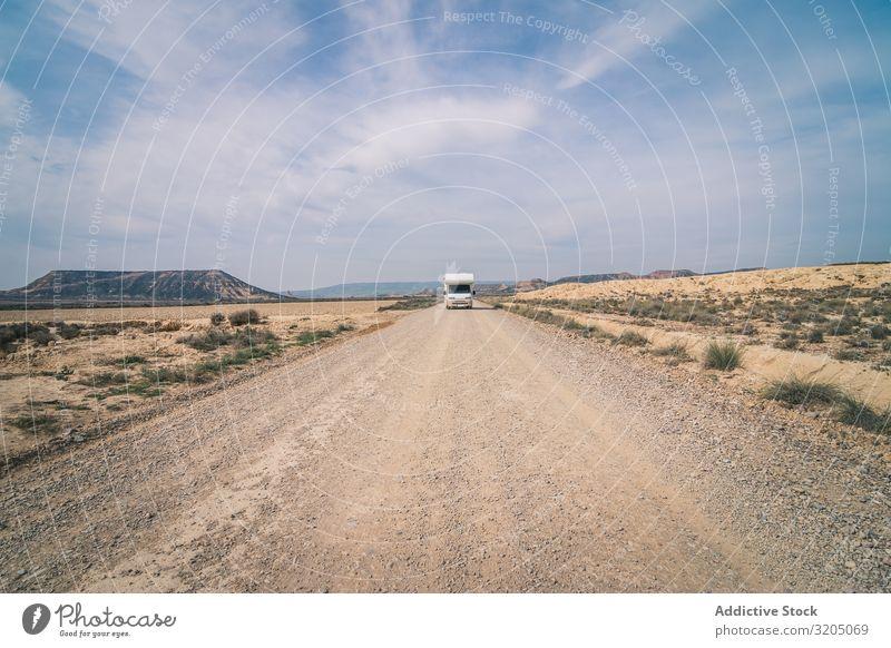 Weißer Anhänger auf leerer Straße entlang der Wüste erstaunlich ausleeren Ferien & Urlaub & Reisen Karavane Landschaft Natur Geschwindigkeit Asphalt Ausflug