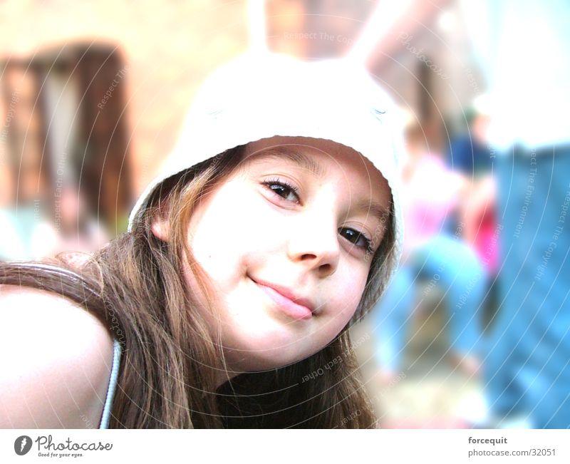 Stare at the camera Frau schön natürlich authentisch Lächeln brünett langhaarig 13-18 Jahre Junge Frau Haarsträhne Frauengesicht sympathisch Sonnenhut