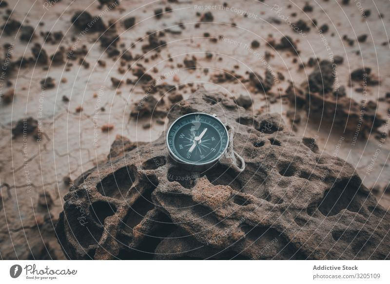 Großer Kompass auf trockenem rissigen Wüstengebiet Zirkel Richtung Gerät Orientierung Sand Abenteuer Ferien & Urlaub & Reisen Erkundung Geografie magnetisch