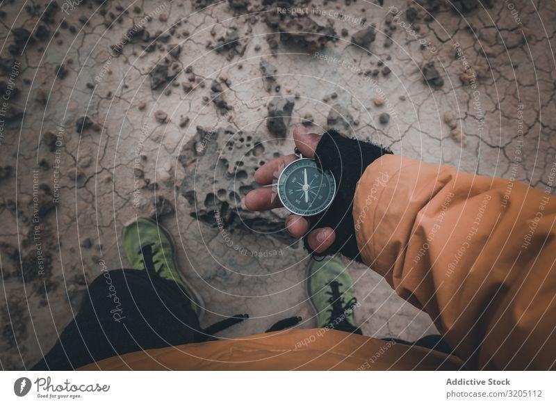 Kompass in der Hand auf trockenem Wüstengebiet Zirkel Richtung Gerät Orientierung Sand Abenteuer Ferien & Urlaub & Reisen Erkundung Geografie magnetisch