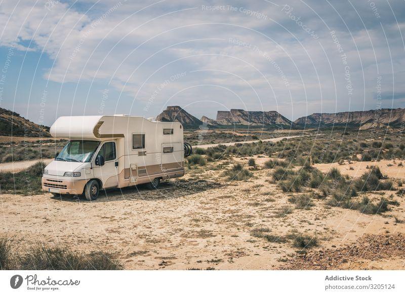 Weißer Anhänger in der Wüste erstaunlich ausleeren Ferien & Urlaub & Reisen Karavane Landschaft Natur Geschwindigkeit Asphalt Ausflug halb Abenteuer