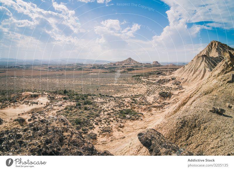 Erstaunliche Landschaft mit felsigen Wüstenhügeln bei hellem Tag Hügel Sand Stein Pflanze Ausflug regenarm Natur Himmel Ferien & Urlaub & Reisen heiß Düne