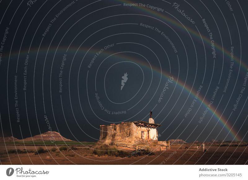 Einsames Haus in der Wüste und Regenbogen am Himmel Hügel Landschaft Sand Stein Pflanze mehrfarbig regenarm Natur Ferien & Urlaub & Reisen heiß Farbe Düne