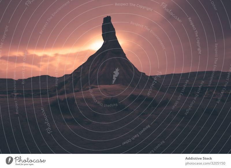 Steingipfel in der Wüste gegen den Abendhimmel Gipfel Hügel Sonnenuntergang Landschaft Felsen Sand Ausflug regenarm Dämmerung Natur Himmel