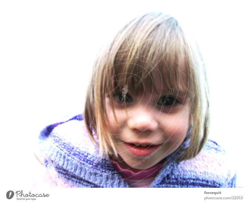 Stare forward Mädchen blond niedlich Neugier Lächeln direkt positiv Pony Haarschnitt 3-8 Jahre Haarsträhne Haarschopf Kindergesicht Vor hellem Hintergrund