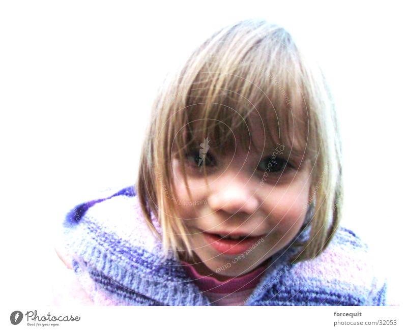 Stare forward Mädchen blond niedlich Neugier Lächeln direkt positiv Pony Haarschnitt 3-8 Jahre Haarsträhne Haarschopf Kindergesicht Vor hellem Hintergrund glatte Haare