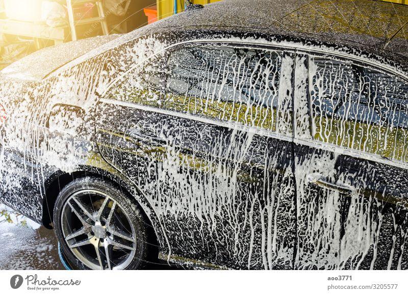 Autowäsche mit Schaum Arbeit & Erwerbstätigkeit Beruf Industrie Business Verkehr PKW dreckig nass Sauberkeit schwarz weiß Schaumblase Pflege Raumpfleger