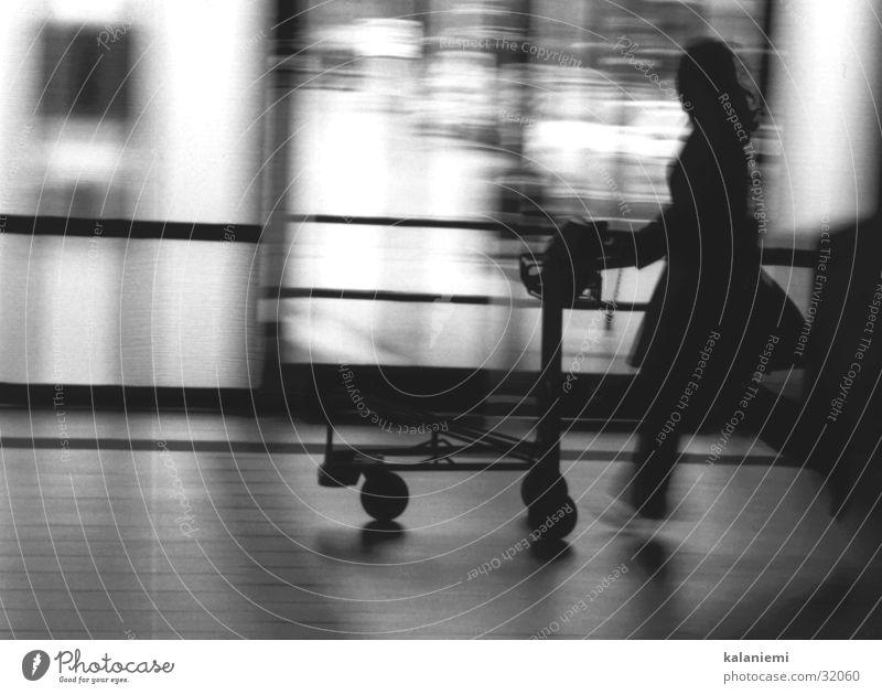 mal wieder zu spät... Frau Unschärfe schwarz weiß Verkehr Gepäckwagen Bahnhof Eile Bewegung Schwarzweißfoto