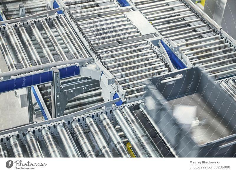 Transportlinie Förderrolle mit bewegtem Behälter. Arbeitsplatz Fabrik Industrie Güterverkehr & Logistik Dienstleistungsgewerbe Post Business Maschine