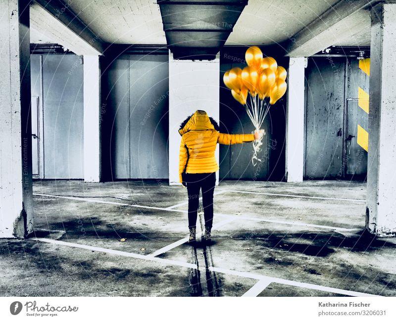 Yellow ballons 1 Mensch Kunst stehen gelb gold grau orange schwarz Tiefgarage Garage Parkplatz Jacke Hose Ballone Streifen Gasballon Winterjacke Projekt Tür
