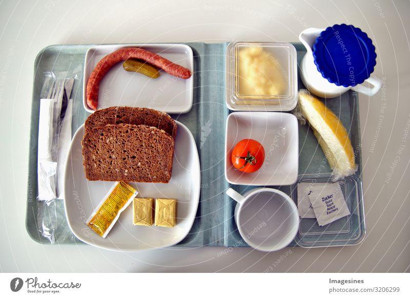 Krankenhaus Verpflegung Krankenhaus Essen. Spärliches Essen auf einem Tablett wie in einer Kantine von Krankenhäusern, Universitäten und ähnlichen Orten. Tablett mit einer Mahlzeit auf einem Teller Essen im Krankenhaus. Sparsam Essen für Patienten zum verh