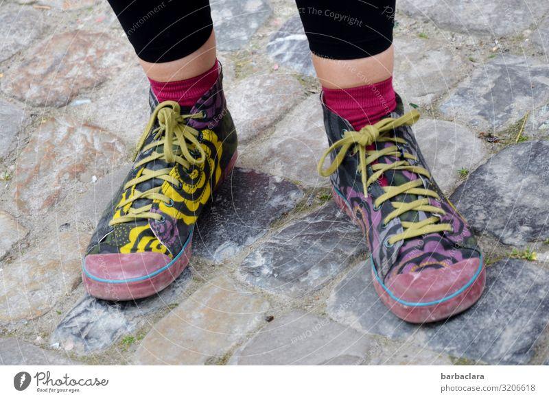 AST 7   Füße auf Konstanzer Boden feminin Fuß 1 Mensch Platz Straße Pflastersteine Schuhe stehen trendy mehrfarbig Bewegung Freizeit & Hobby Identität Kultur