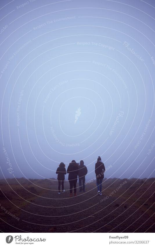 Vier Personen beim Wandern bei Nebel Lifestyle Freude Freizeit & Hobby Ferien & Urlaub & Reisen Tourismus Ausflug Abenteuer Ferne Freiheit Sightseeing