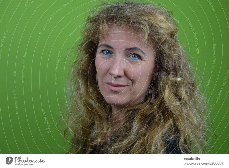 Porträt | Hautsache Schminke Wimperntusche Mensch feminin Frau Erwachsene 1 45-60 Jahre Ohrringe blond langhaarig Locken Kreuz Lächeln lachen Blick authentisch