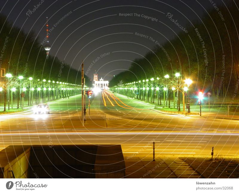 Berlin Himmel weiß rot Straße PKW Europa Tor Laterne Nacht Scheinwerfer Berliner Fernsehturm Hauptstadt Brandenburger Tor Siegessäule