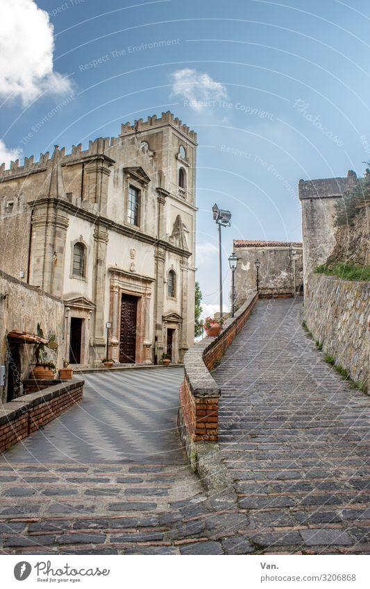 Savoca³ Himmel Wolken Sizilien Italien Dorf Kirche Mauer Wand Pflastersteine Straße Wege & Pfade authentisch schön blau Zinnen Farbfoto mehrfarbig Außenaufnahme