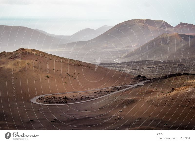 im Frühtau zu Berge Natur Landschaft Erde Himmel Horizont Herbst Schönes Wetter Nebel Hügel Berge u. Gebirge Meer Lanzarote Nationalpark Timanfaya Straße Kurve