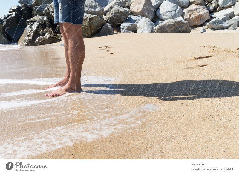 Niedriger Blickwinkel eines jungen Mannes, der mit nackten Füßen am Strand steht Körper Erholung Freiheit Sommer Meer Mensch Erwachsene Fuß Natur Sand Küste