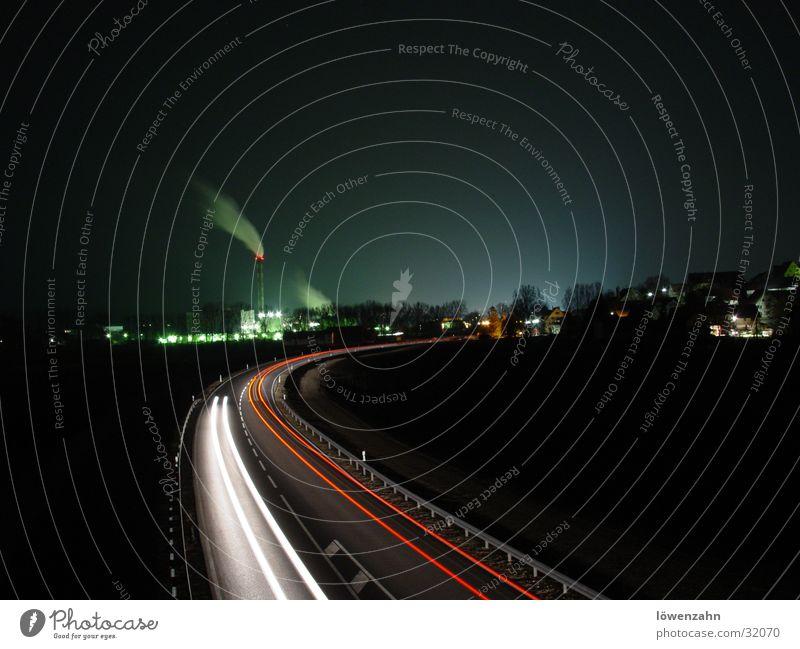 industrial Fabrik Himmel Schornstein Verkehr Straße PKW Rauch rot weiß Papierfabrik Industriefotografie Farbfoto Außenaufnahme Nacht Licht Langzeitbelichtung