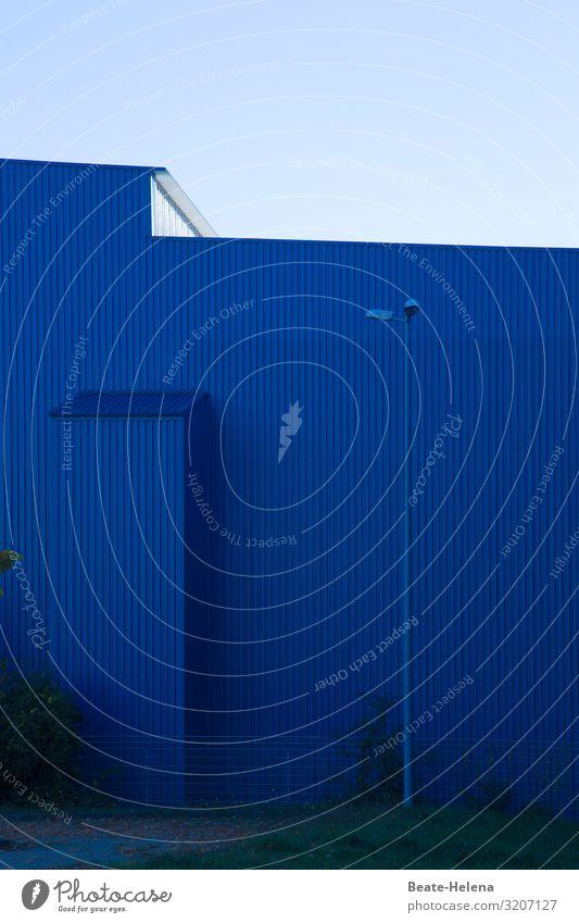 Alles ist blau 1 Lifestyle Wirtschaft Industrie Umwelt Himmel Wolkenloser Himmel Schönes Wetter Sträucher Industrieanlage Bauwerk Gebäude Architektur Mauer Wand
