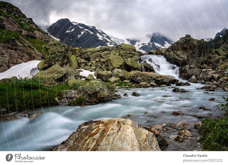 Gletscherfluss hoch in den Schweizer Alpen Landschaft Wasser Wolken Sommer Klimawandel Schnee Berge u. Gebirge Wasserfall wandern Stimmung fließen Bach Felsen